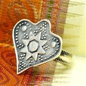 Srebrny pierścionek serce z Oazy Siwa