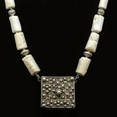 Amulet Hirz i białe korale. Duży naszyjnik