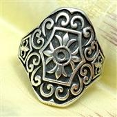 Srebrny pierścionek z ornamentami