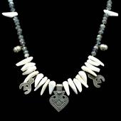 Biały koral, labradoryt, amulety. Naszyjnik