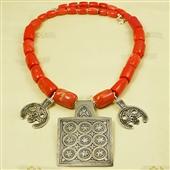 Naszyjnik: korale i księżycowe amulety Berberów